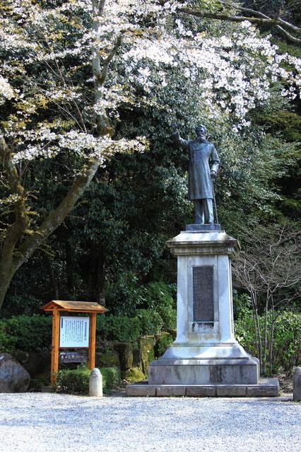 板垣遭難の地・中教院跡地付近にある岐阜公園内に建てられた板垣退助像。
