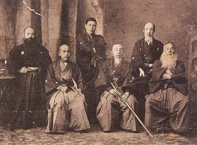 永倉新八の肖像写真(最晩年の大正2年に札幌で撮影。前列中央が永倉。)