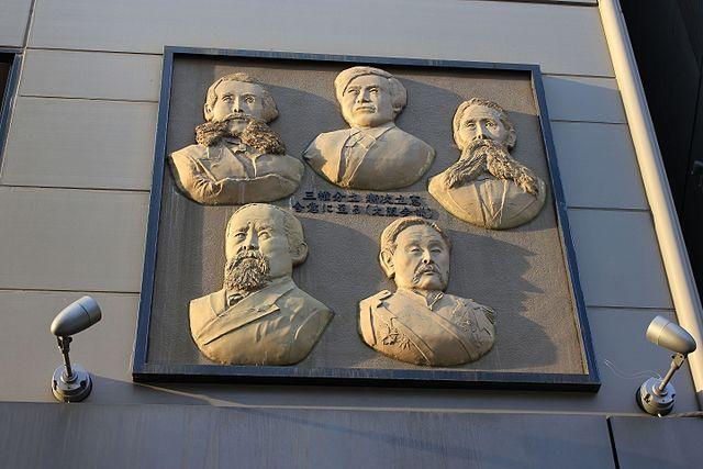1875年の大阪会議の開催地すぐそばのビル壁面にある参加者5人のレリーフ