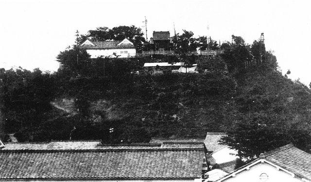 昭和時代初期撮影の復元天守前の福知山城跡。天守台には移築された銅門続櫓がみえる。