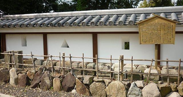 調査で発掘された転用石が展示されている。