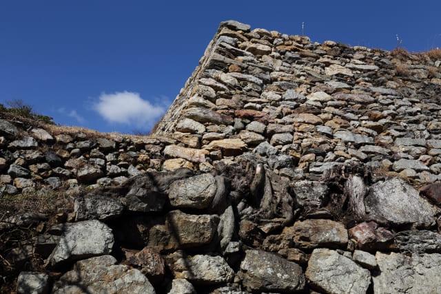 自然石をうまく組み合わせた石垣の積み方を何と言うか?