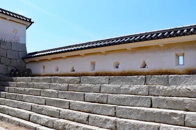 近世城郭の壁や塀などに空けられた攻撃・防御用の穴を何という?