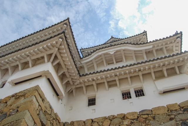 姫路城の壁材にも用いられた白い材料。これは何?