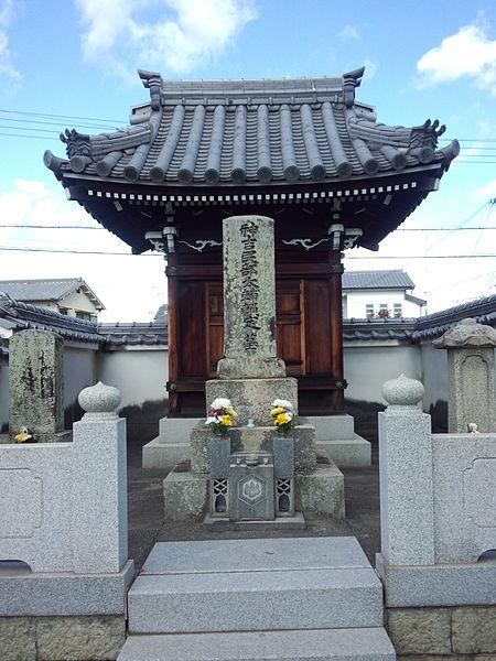 神吉城跡にある神吉頼定の墓
