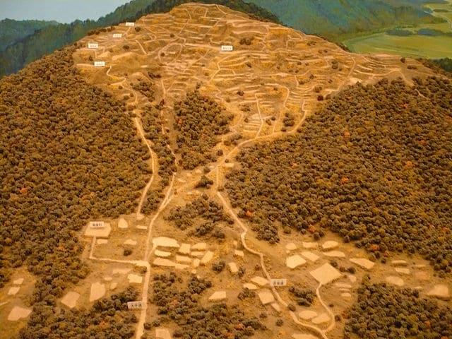 数多くの曲輪が存在する観音寺城の模型