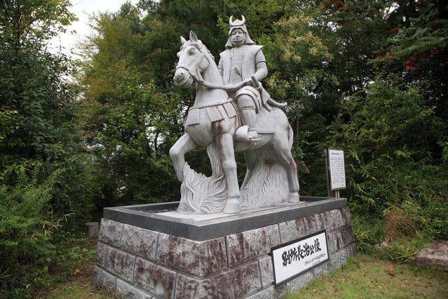三木城跡にある別所長治像