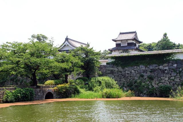 城の構造で、敵の接近を見張るために造られた施設とは?
