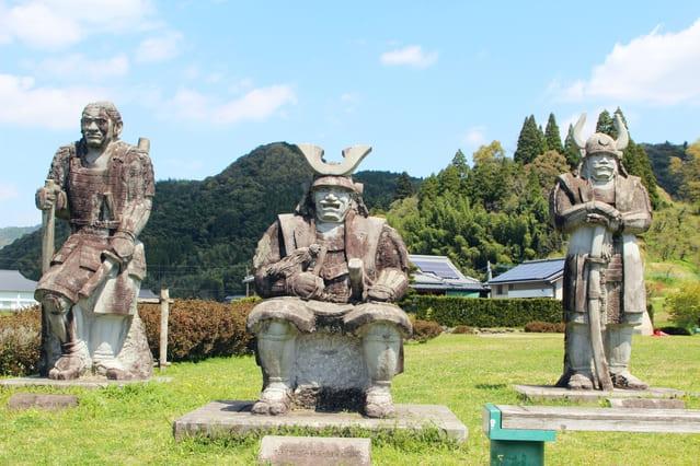 肥後国人一揆で抵抗した和仁氏の田中城跡。石像は和仁三兄弟。