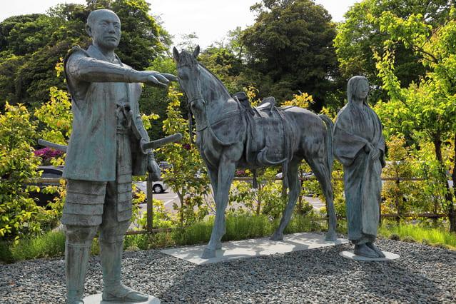 能登の小丸山城跡にある前田利家とまつ の像