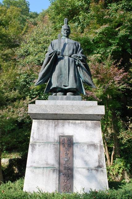 八幡公園(滋賀県近江八幡市)にある豊臣秀次の像