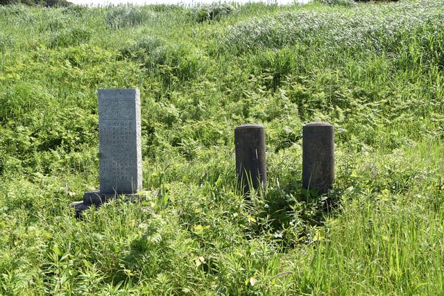 高天神城跡にある岡部元信と板倉定重の墓