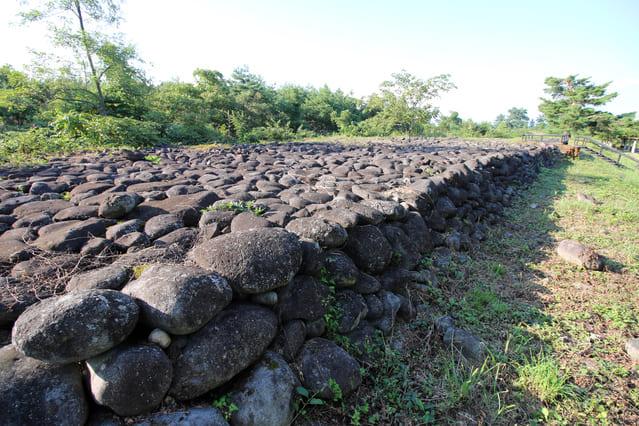 米沢城下を流れる最上川上流3kmに渡って積まれた巨石の堤防「直江石堤」