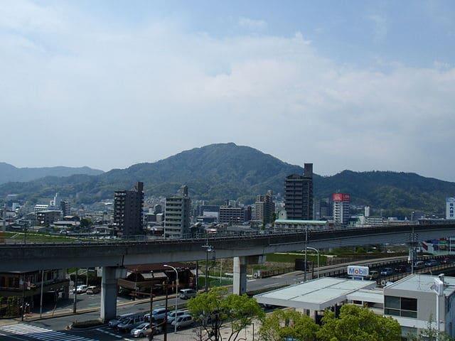 遠くから望む安芸武田氏の居城・佐東銀山城跡