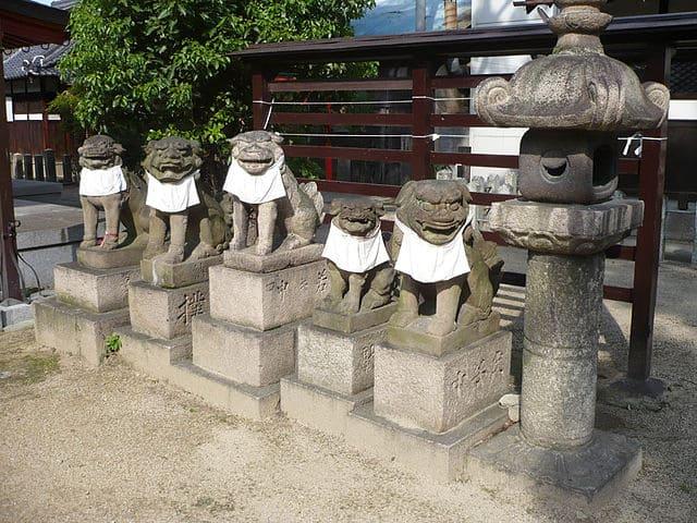 江口城跡に推定されている大隅神社。狛犬に江口と記載されている。