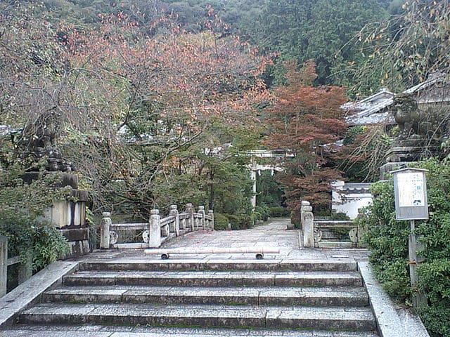 京都の北白川天神宮。手前の橋は白川を渡る石橋