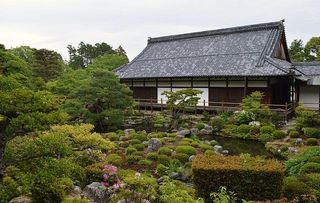 京都 等持院の方丈と庭園(出所:<a href=