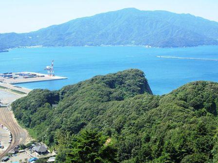 天筒山展望台から見た金ヶ崎城跡(出所:wikipedia)