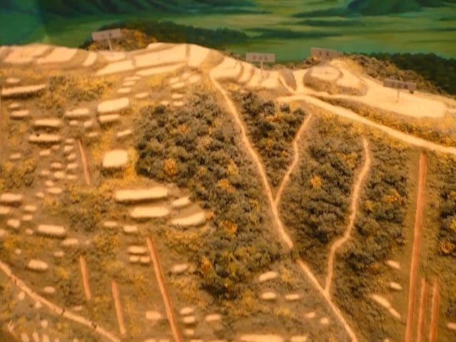 """小谷城の復元模型(出所:<a href=""""https://ja.wikipedia.org/wiki/%E5%B0%8F%E8%B0%B7%E5%9F%8E"""" target=""""_blank"""">wikipedia</a>)"""