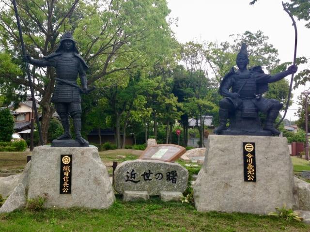 桶狭間古戦場公園にある織田信長と今川義元の像