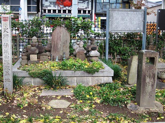 加納口の戦いの戦没者を弔う「織田塚」(円徳寺に改葬。出所:<a href=