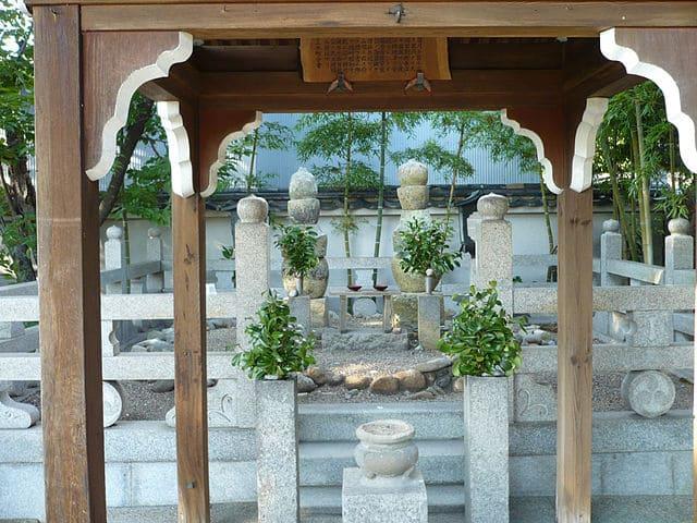 兵庫県三木市の雲龍寺にある別所長治夫妻の首塚