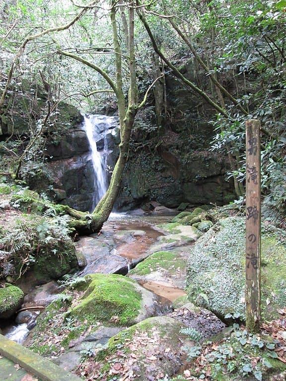 山中鹿介が布部山の戦いでの逃走時に馬で飛び降りたと伝わり、滝つぼに蹄の跡が残る「蹄の滝」