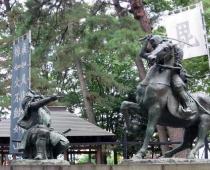 信玄と謙信の一騎打ちの銅像