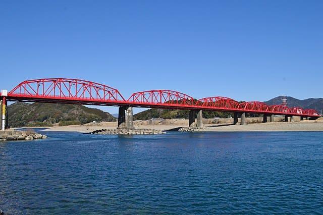 四万十川古戦場のすぐ側にある四万十川橋(赤鉄橋)