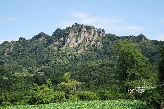 南方からみた岩櫃山。中腹に武田の三堅城のひとつ、岩櫃城跡がある。(出所:<a href=