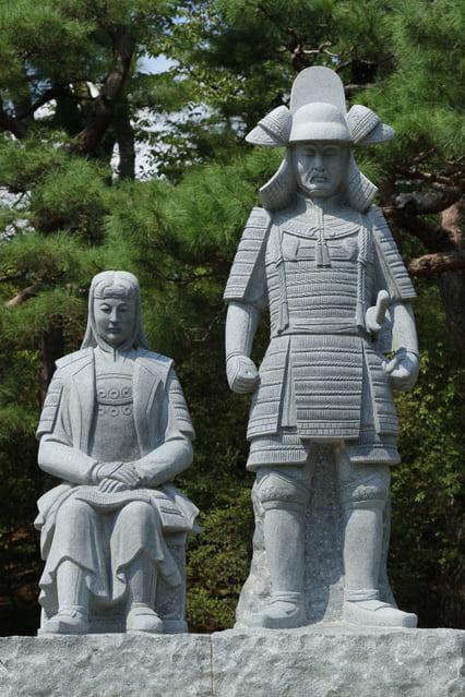 沼田城址にある信之と小松姫の像