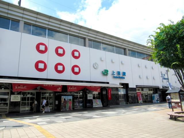 六連銭のデザインが施された上田駅